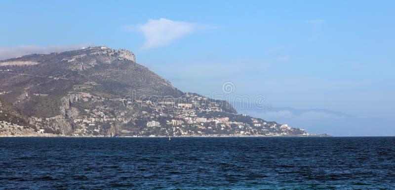 Riviera francesa, ` Azur, costa mediterránea de CÃ'te d, Eze, Saint Tropez, Cannes y Mónaco agradables Agua azul y yates de lujo foto de archivo