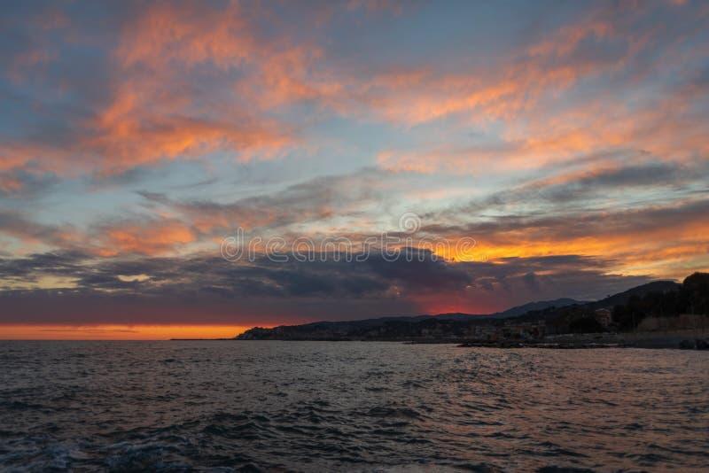 Riviera italiano Nuvole di colore di contrapposizione sopra il mare fotografia stock