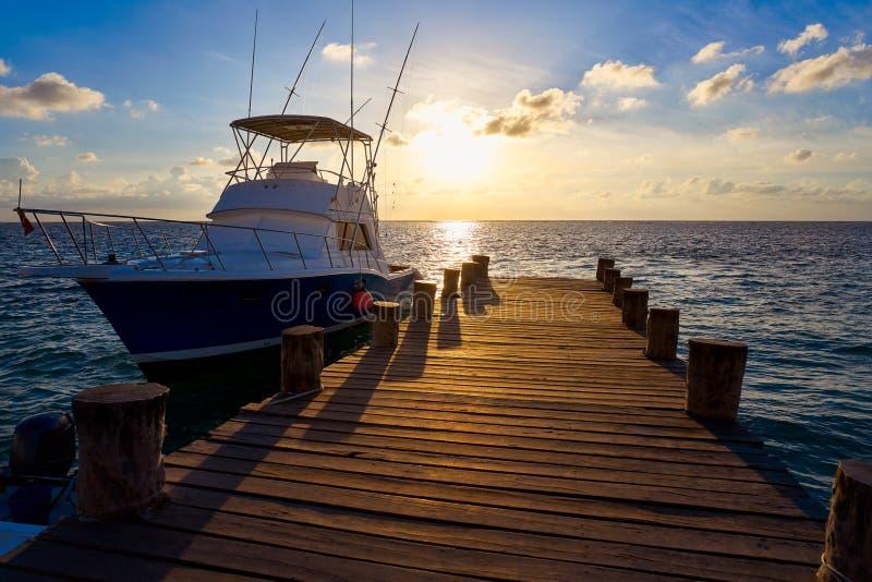 Riviera majowia wschodu słońca łódź przy plażowym molem obraz royalty free