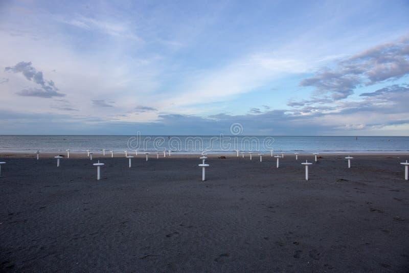 Riviera Romagnola strand nära Rimini och Riccione, med typisk paraplyservice; inget; enslighetlynne arkivbilder