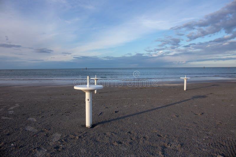 Riviera Romagnola strand nära Rimini och Riccione, med typisk paraplyservice; inget; enslighetlynne royaltyfri bild