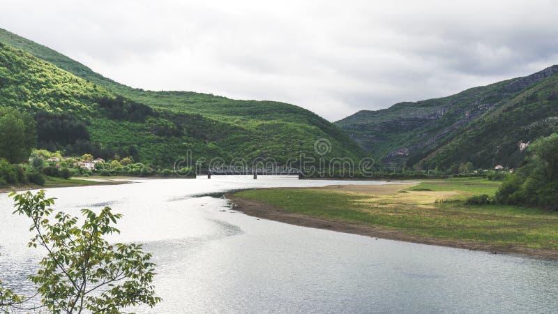 Rivierbank in Trebinje, Bosni?, Mindfulness-Landschap, nog Kalmerende Aardachtergrond royalty-vrije stock afbeeldingen