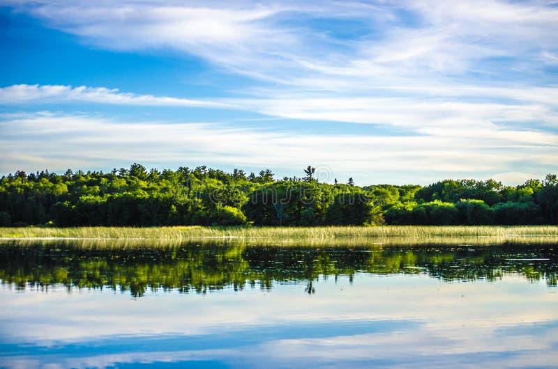 Rivierbanken met blauwe hemel stock fotografie