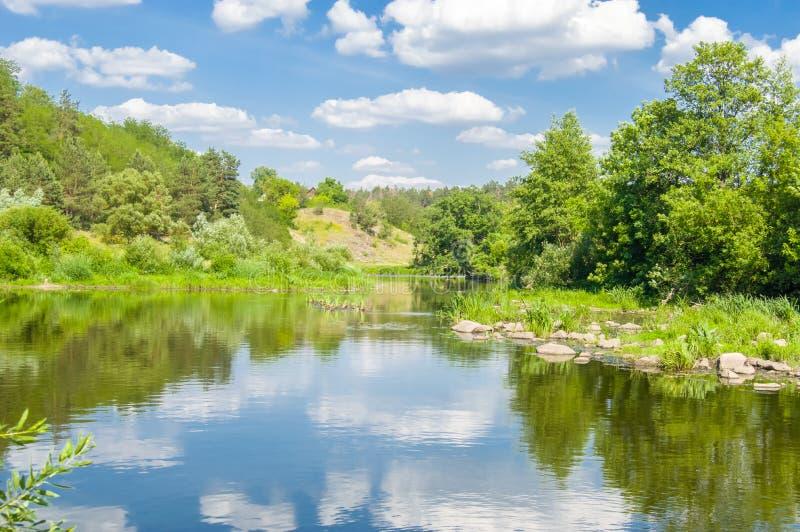 Rivierbed van rivier Teteriv in Steencanion onder de rotsen, de keien, de bomen en de vegetatie op de bank tegen de achtergrond v royalty-vrije stock foto's