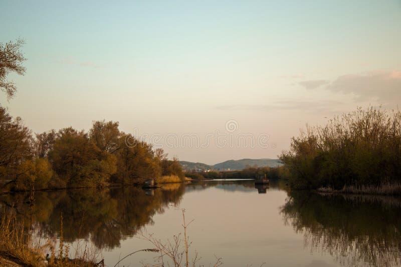 Rivierbezinningen bij de herfst stock afbeeldingen