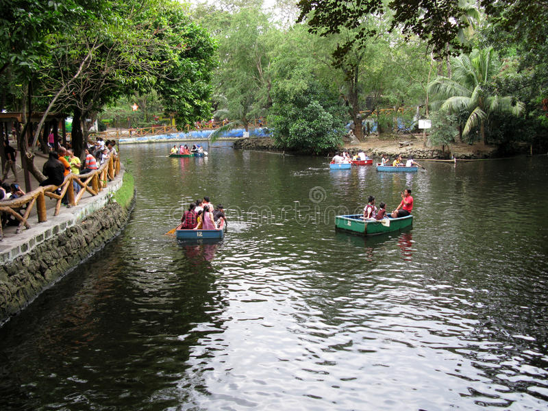 Rivierboot het Reizen Dolle streek, de Dierentuin van Manilla, Manilla, Filippijnen stock fotografie