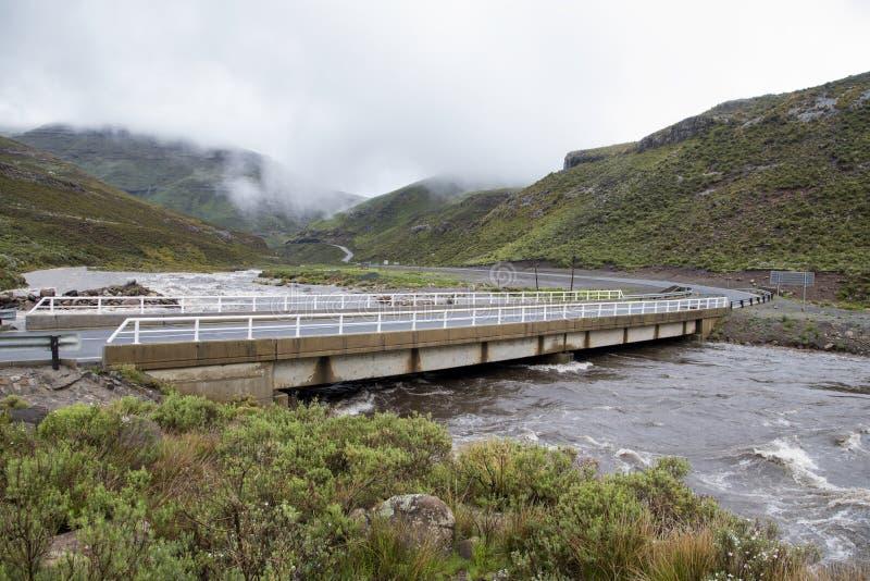 Rivieren in vloed in Lesotho stock afbeeldingen