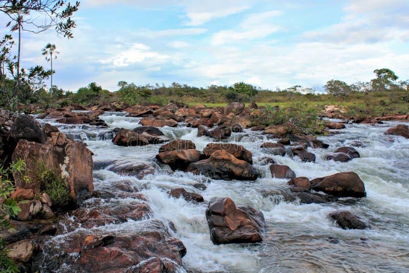 Rivierhoogtepunt van grote stenen in gran sabana stock foto