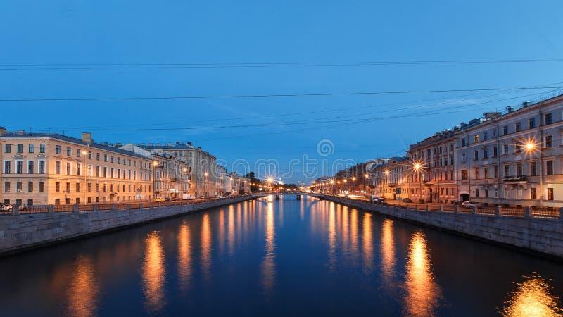 rivierkanaal in St. Petersburg in schemer, witte nacht stock afbeelding