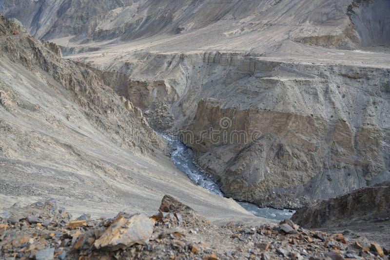 Rivierknipsel door de bergen stock foto