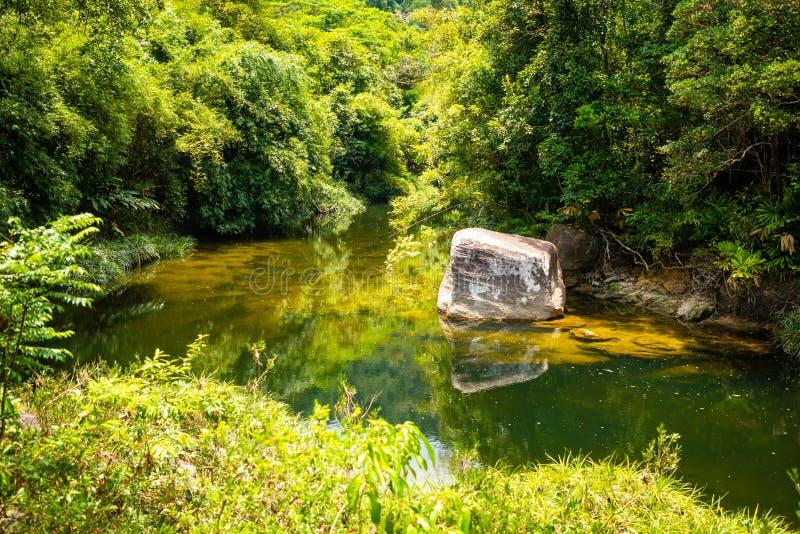 Rivierlandschap, aard van het zuidelijke deel van Hainan-Provincie, China stock foto's