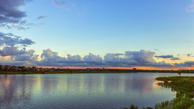 Rivierlandschap met cumuluswolken in water worden weerspiegeld dat royalty-vrije stock fotografie