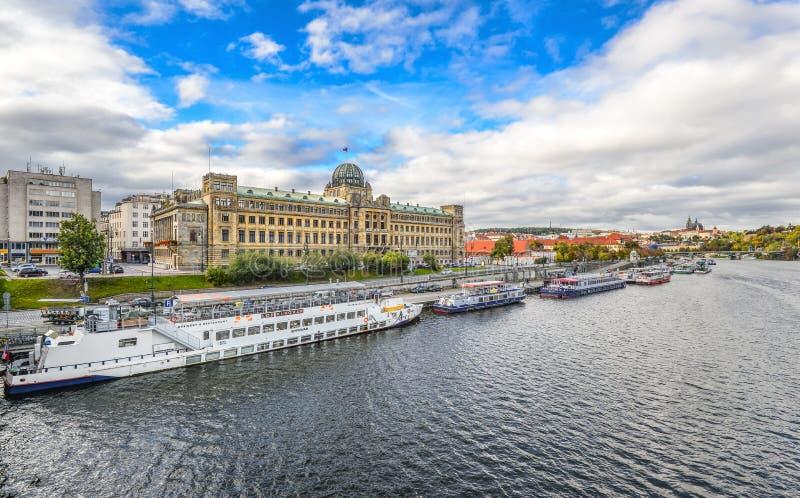 Riviermening over Ministerie van Vervoer van de de Tsjechische Republiek en Vltava-rivier met toeristenschepen, Praag, Tsjechisch stock afbeelding
