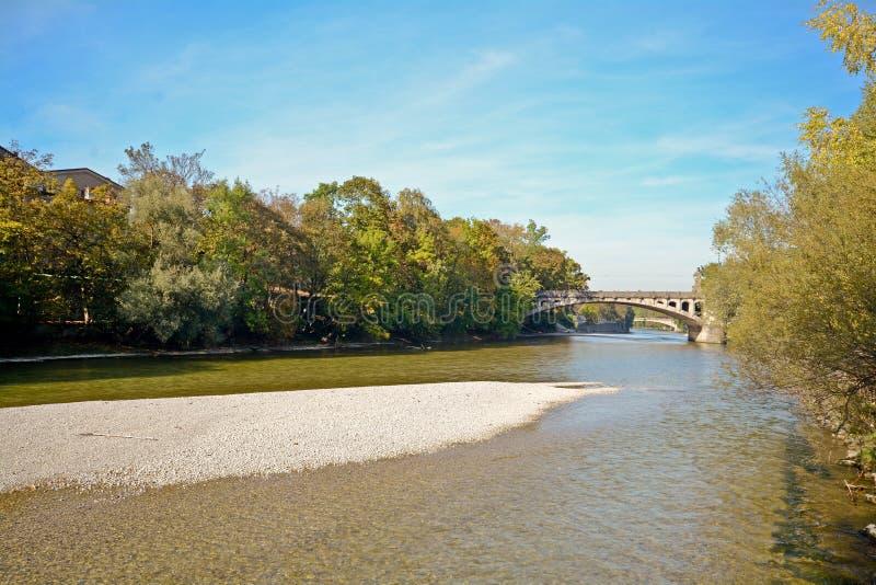 Rivieroever met brug over de Isar Rivier in München, Beieren Duitsland stock foto's