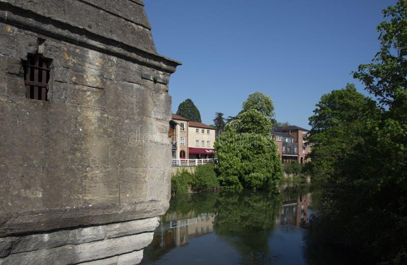 Rivieroeverbezinningen van Stadsbrug Bradford-op-Avon stock foto's