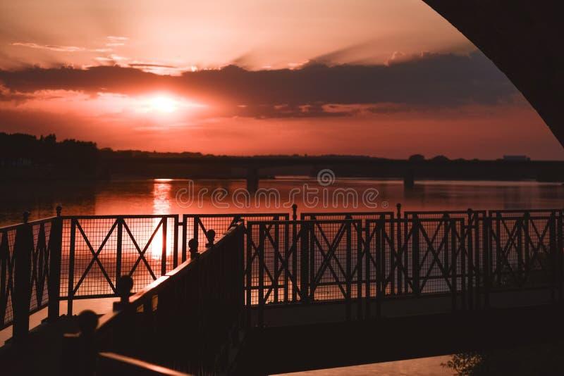 Rivieroevergang in een kleurrijke zonsondergang backlight royalty-vrije stock afbeeldingen