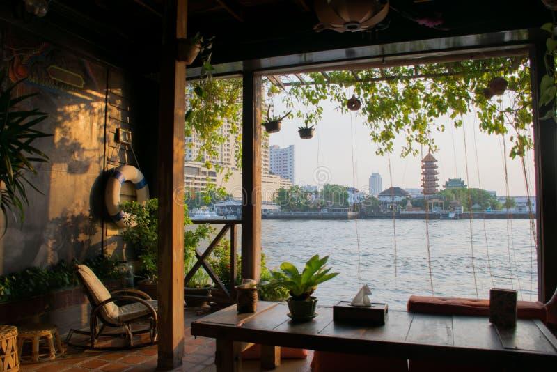Rivieroeverhuizen, Rivieroever houten terras, huisverblijf, de Achtergrond van Bangkok Thailand royalty-vrije stock foto