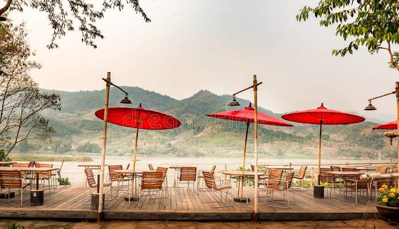 Rivieroevermekong rivierrestaurant in chiangrai, Thailand in de zomer het zeer hete ` s royalty-vrije stock afbeelding