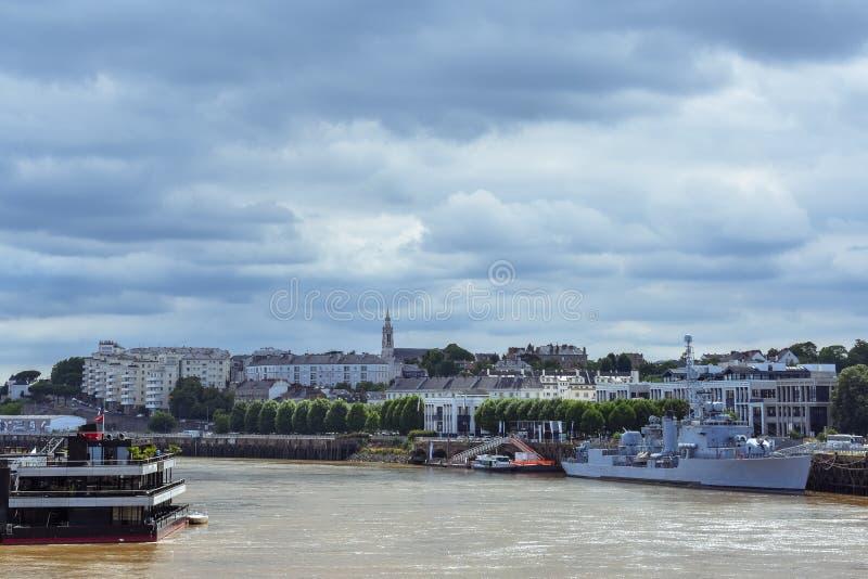 Rivieroevermening van de oude gebouwen en shpis van Nantes narcissist stock foto's