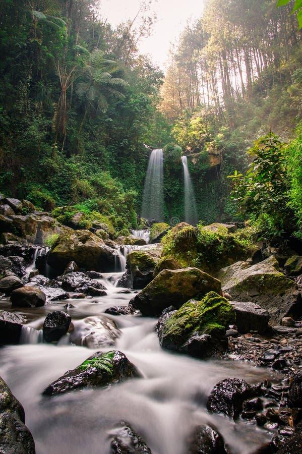 Rivierstroom van de waterval van Grenjengan Kembar, Magelang, Centraal Java stock fotografie