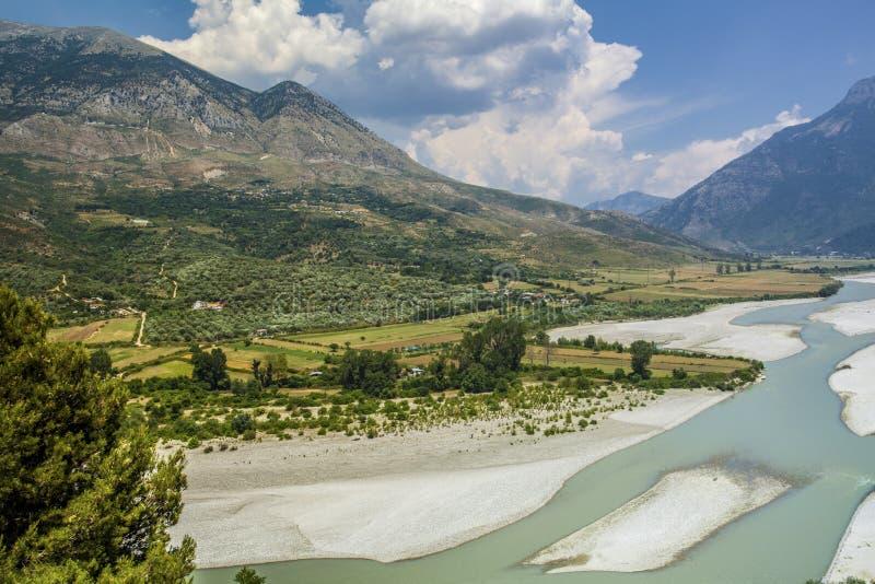 Riviervallei en Bergenlandschap Albanië Tepelena stock afbeelding