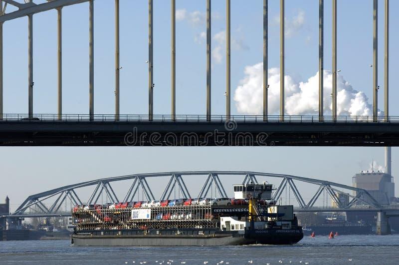Rivierverkeer, vervoer van auto's op vrachtschip stock fotografie