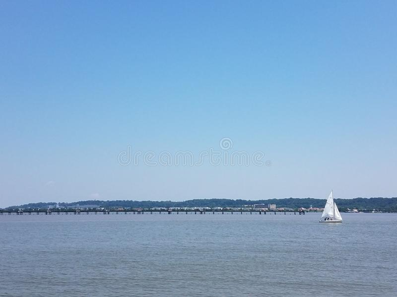 Rivierwater met zeilboot en pijler en Washington, gelijkstroom op de achtergrond royalty-vrije stock afbeeldingen