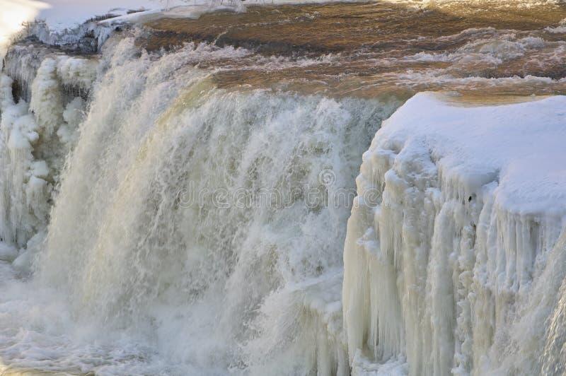Rivierwaterval met ijs en sneeuw stock foto's