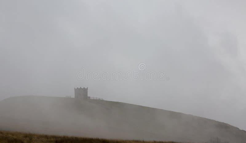 Rivington Pike в тумане стоковая фотография rf