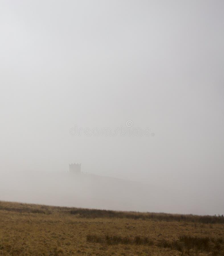 Rivington Pike en brume photographie stock libre de droits