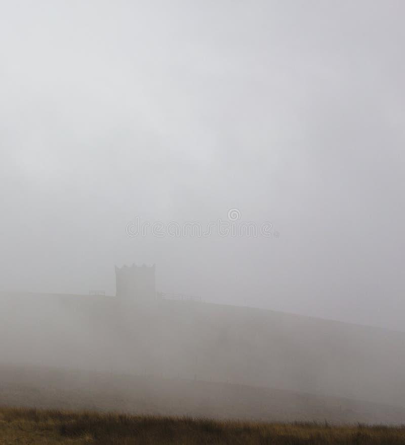 Rivington Pike en niebla imagen de archivo
