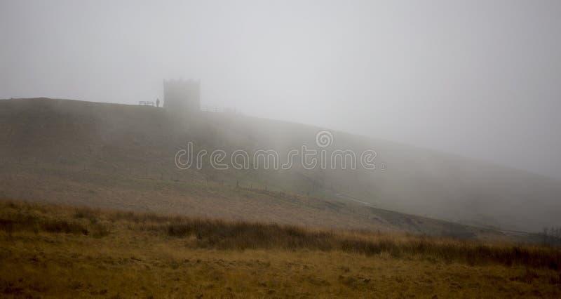 Rivington Pike im Nebel lizenzfreies stockbild