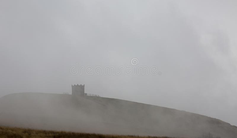 Rivington Pike im Nebel lizenzfreie stockfotografie