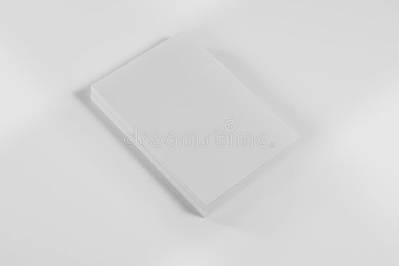 Rivista, manifesto, opuscolo o aletta di filatoio del modello su fondo bianco fotografia stock libera da diritti