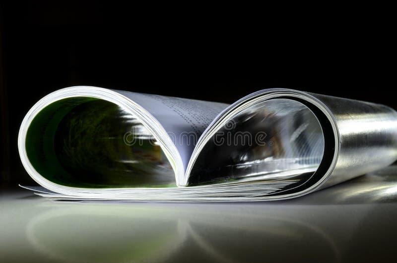 Rivista su superficie riflettente fotografie stock libere da diritti