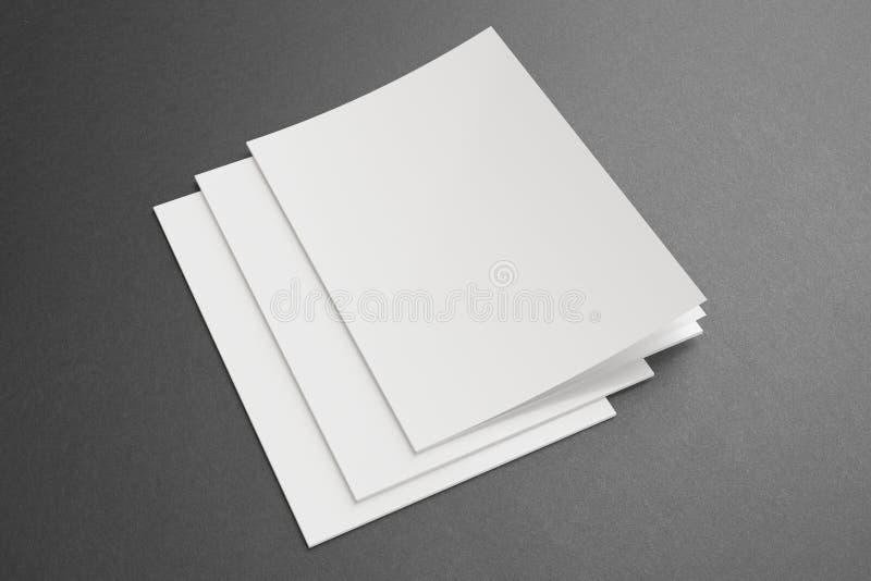 Riviste in bianco su fondo scuro fotografie stock libere da diritti