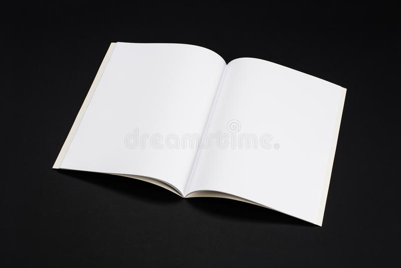 Riviste, libro o catalogo del modello sul fondo nero della tavola fotografie stock libere da diritti