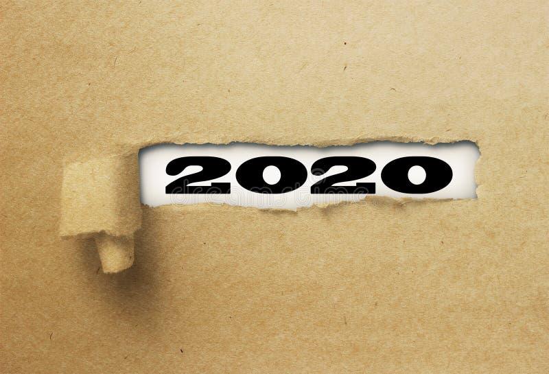 Rivit sönder eller sönderrivet papper som avslöjer det nya året 2020 på vitt royaltyfri bild