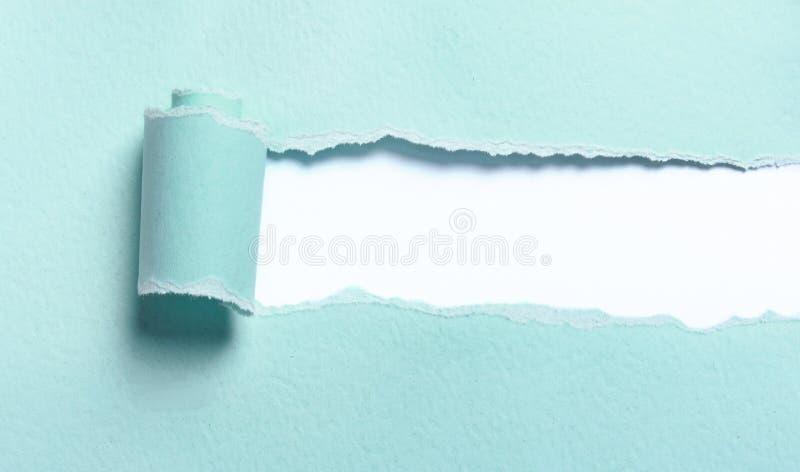 Rivit sönder ljust - blått papper royaltyfria bilder