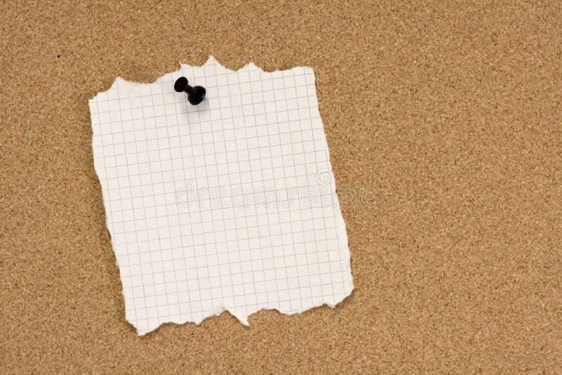 rivit sönder papper som klämmas fast arkivbild