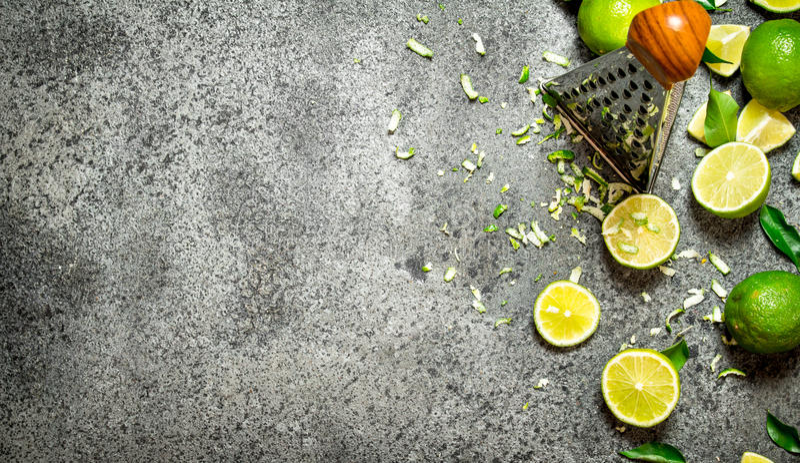 Rivjärn med nya limefrukter arkivfoto