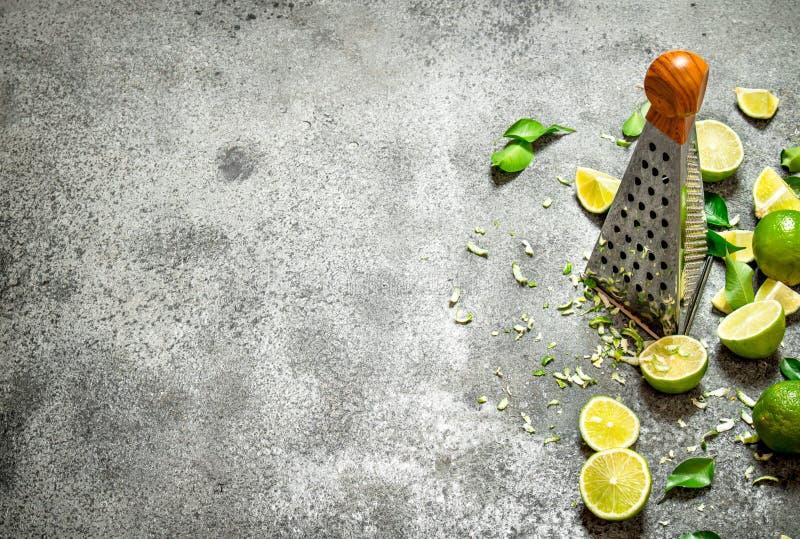 Rivjärn med nya limefrukter arkivfoton