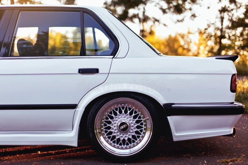 Rivne, Ucrania - 7 de julio de 2018: Oldtimer retro clásico original de los outdors de BMW M3 e30, de las ruedas del deporte, el  imagen de archivo