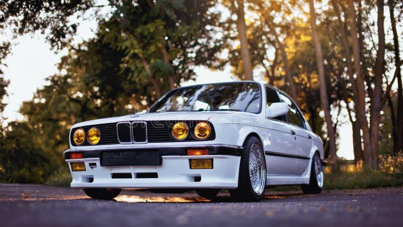 Rivne Ukraina - Juli 07, 2018: Original-, för tunning, glansig och skinande gammal klassisk retro oldtimer för BMW M3 e30 outdors royaltyfri fotografi