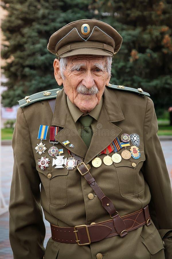 Rivne Ukraina - Oktober 14, 2012 Veteran av den ukrainska Insuen arkivfoto