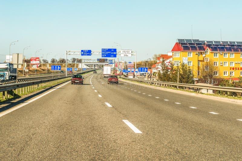 Rivne, Ukraine - 9. April 2018: Fragment der ukrainischen internationalen Landstraßenc$m-landstraße, Verbindungskiew mit dem Unga lizenzfreie stockfotos