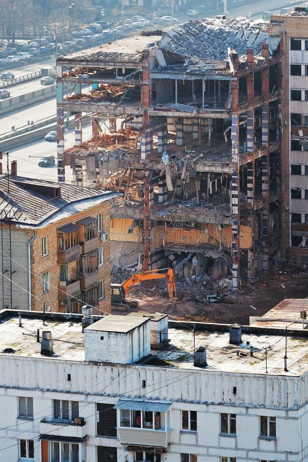 Rivning av det gamla lägenhethuset arkivfoto
