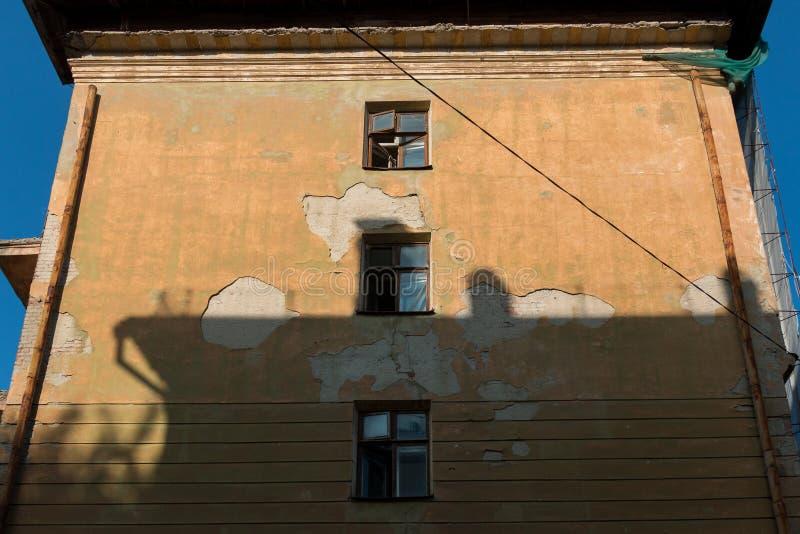 Rivning av ett lägenhethus royaltyfri fotografi