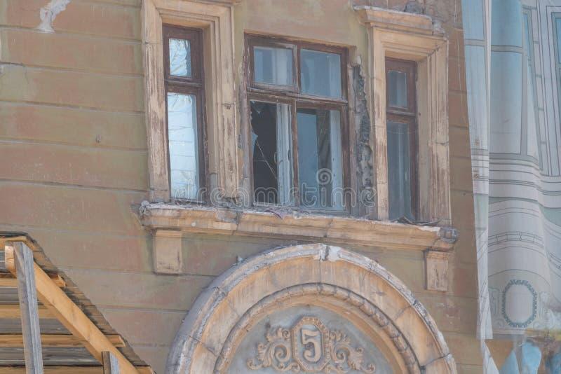Rivning av ett lägenhethus royaltyfria bilder