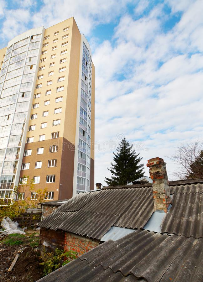 Rivning av gammal förfallen hus och konstruktion av nya och moderna byggnader royaltyfri fotografi